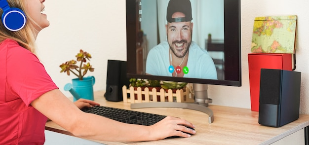 Mädchen spricht mit ihrem freund unter verwendung der web-remote-plattform online während der isolationsquarantäne