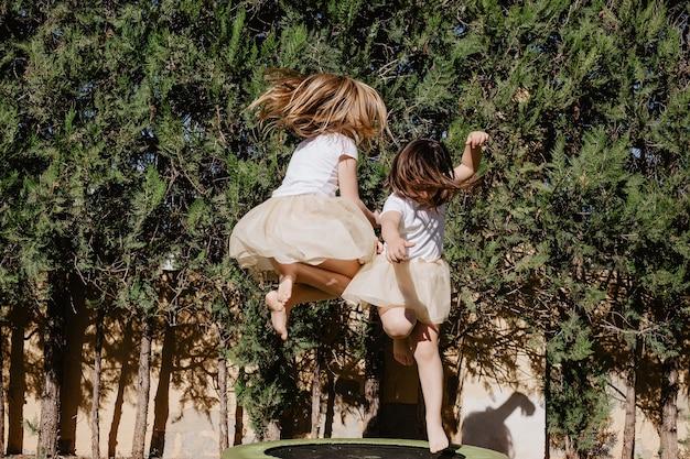 Mädchen springen auf trampolin