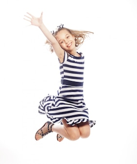 Mädchen springt auf einem weißen hintergrund