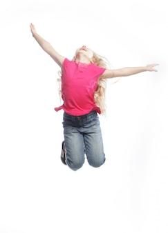 Mädchen springt auf einen weißen hintergrund