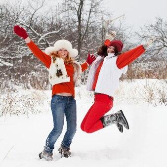 Mädchen springt im winterpark