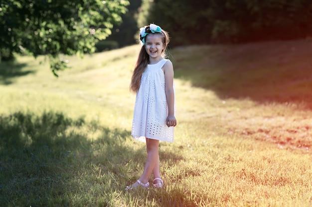 Mädchen steht auf gras und lachen