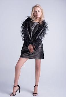 Mädchen stilvolle frisur und make-up modell sexy glamour weiblich auf grauem hintergrund. platz für werbung