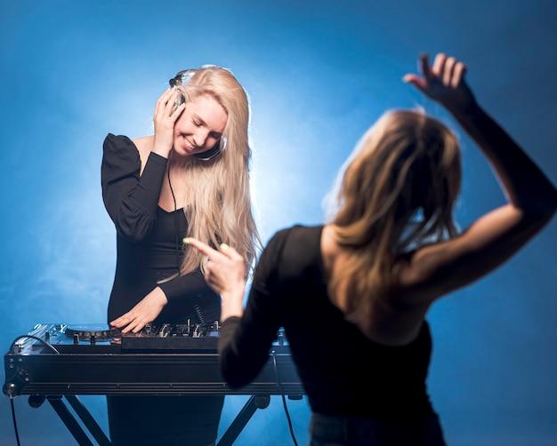 Mädchen tanzen auf party