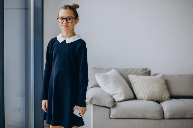 Mädchen teenager in schuluniform