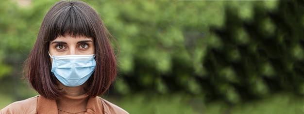 Mädchen trägt maske, bannerbild mit kopienraum