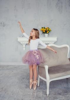 Mädchen träumt davon, ballerina zu werden