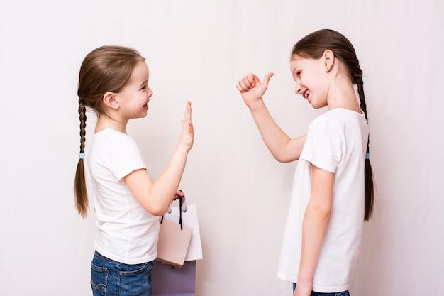 Mädchen treffen sich nach dem einkauf und genehmigen den einkauf