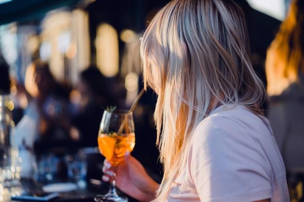 Mädchen trinken cocktail