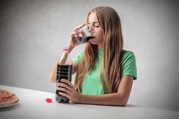 Mädchen trinken cola