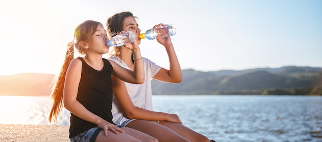 Mädchen trinken wasser