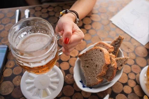 Mädchen trinkt ein bier