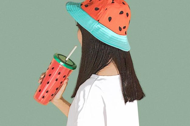 Mädchen trinkt wasser im pop-art-stil
