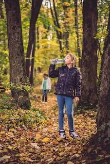 Mädchen trinkwasser