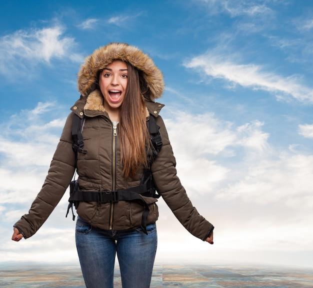 Mädchen überrascht mit wolkenhintergrund