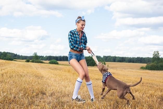 Mädchen, um einen hund zu trainieren