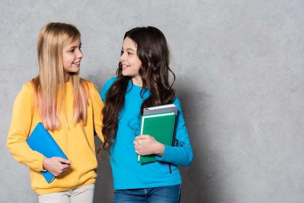 Mädchen umarmen sich, während sie sich ansehen