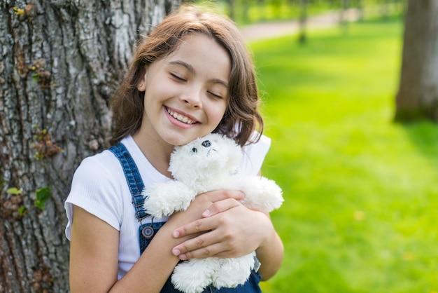 Mädchen umarmt ein stofftier