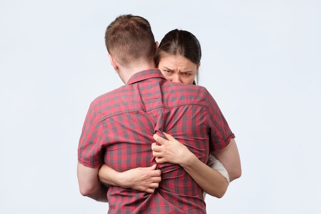 Mädchen umarmt ihren mann, weil sie angst hat, ihn zu verlieren.