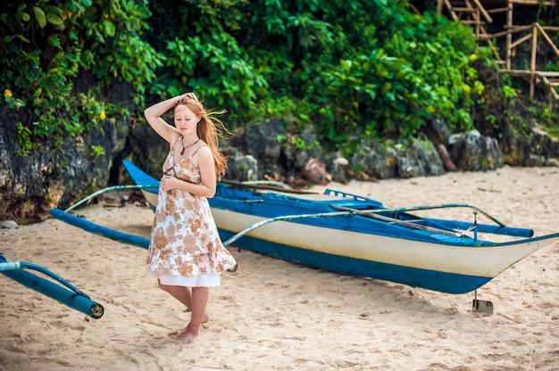 Mädchen und ein philippinisches boot