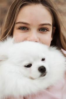 Mädchen und flauschiger hund nahaufnahme