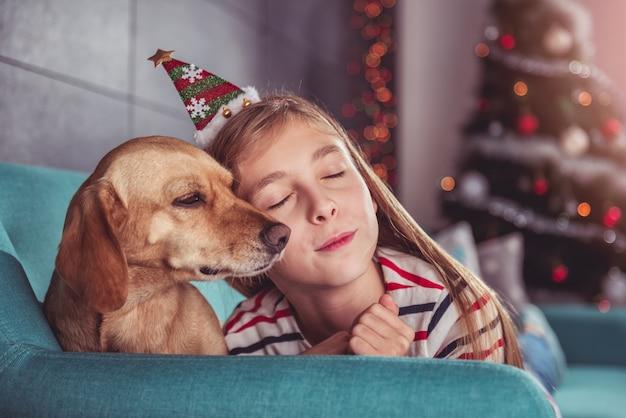 Mädchen und hund kopf an kopf