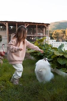 Mädchen und hund laufen auf glas