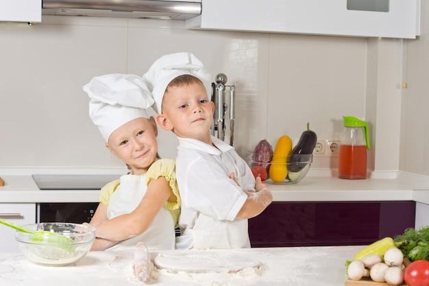 Mädchen und junge in der küche, rücken an rücken posieren