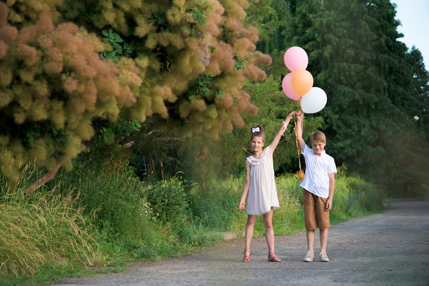 Mädchen und junge mit bällen