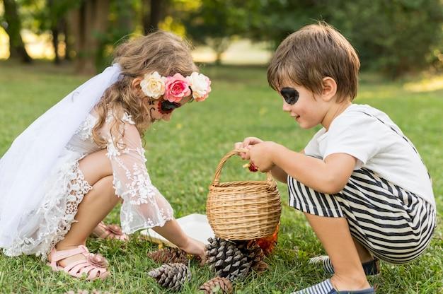 Mädchen und junge mit kostüm