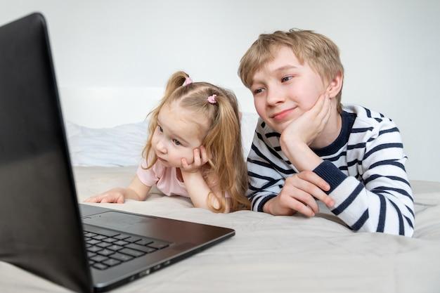 Mädchen und junge mit laptop zu hause