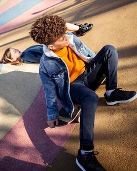 Mädchen und junge verbringen zeit zusammen im park