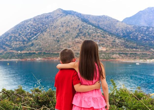 Mädchen und junge zusammen im freien