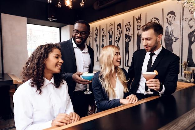 Mädchen und jungs kommunizieren miteinander in einer bar.