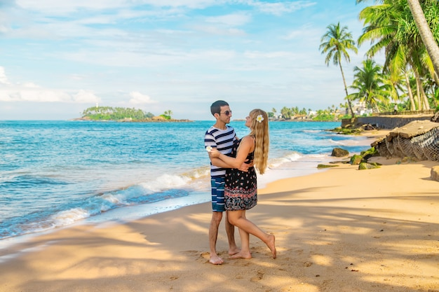 Mädchen und mann am strand am meer.