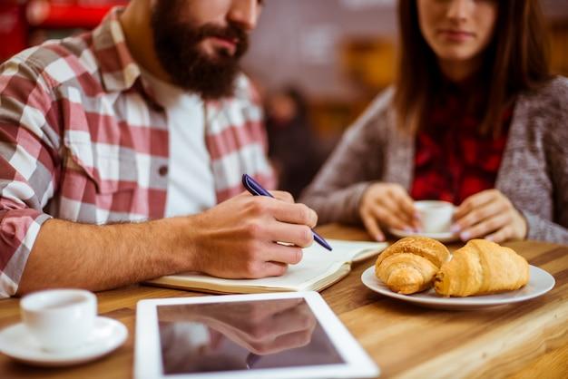 Mädchen und mann essen zusammen in einem guten café.