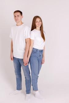 Mädchen und mann in weißen t-shirts und blue jeans