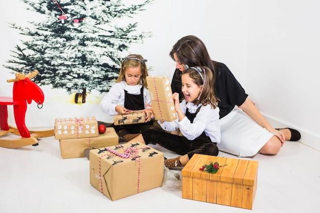 Mädchen und mutter mit geschenkboxen