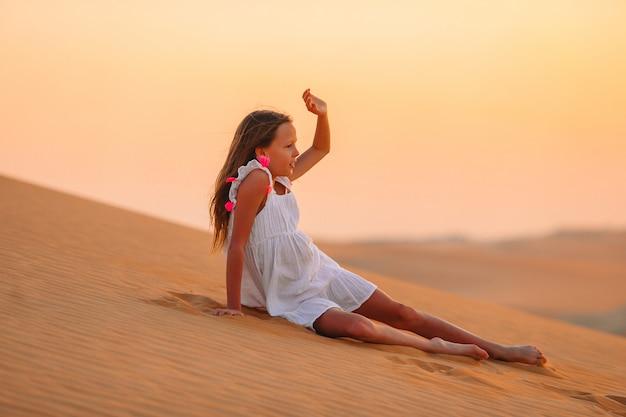 Mädchen unter dünen in der wüste rub al-khali in den vereinigten arabischen emiraten