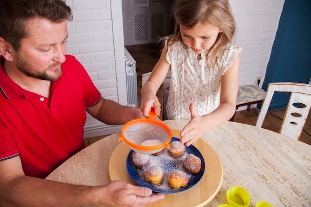 Mädchen vervollständigen hausgemachte cupcakes