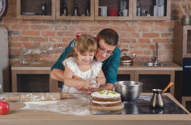 Mädchen verziert den kuchen mit sahne