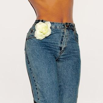 Mädchen vintage-jeans. stilvoller look retro-mode