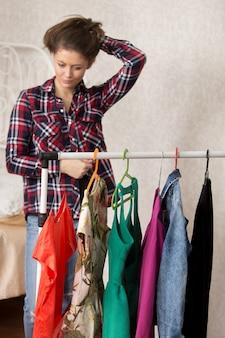 Mädchen wählt kleider