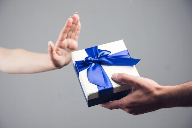 Mädchen weigert sich, die geschenkbox anzunehmen