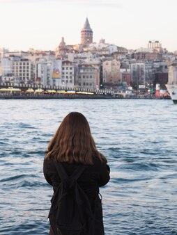 Mädchen, welches die schöne ansicht von istanbul-stadt betrachtet