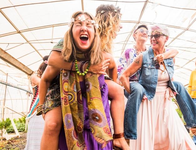 Mädchen werden verrückt in partys, die mit hippie-kleidung und freiheits-algernative-rebellen-konzept feiern