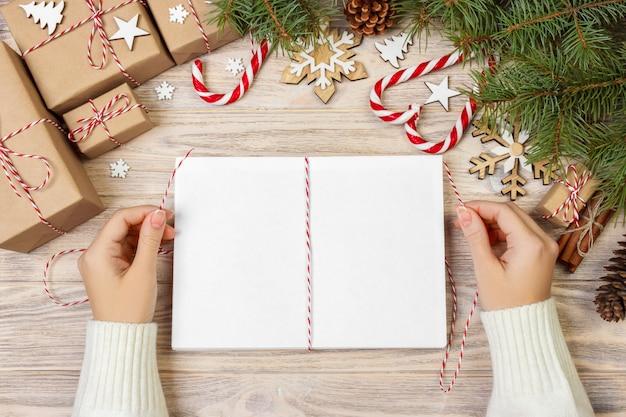 Mädchen wickelt weihnachtsbriefe im umschlag, kinderweihnachtsmann-brief im umschlag ein