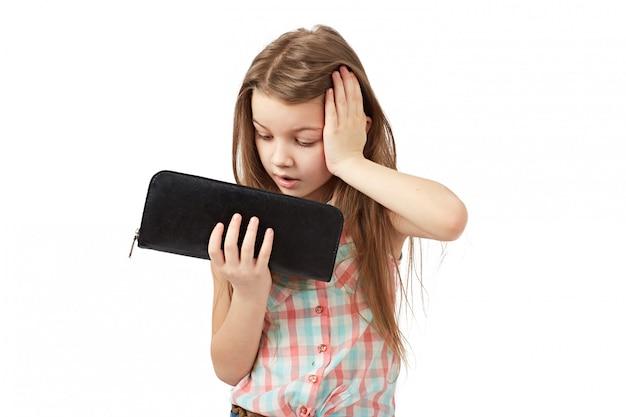 Mädchen wirft die hände hoch, als er eine leere brieftasche sah.
