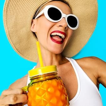 Mädchen wollen spaß haben. glückliches strandparty-mädchen. verwenden sie für ihren party-flyer. strandfrische stimmung