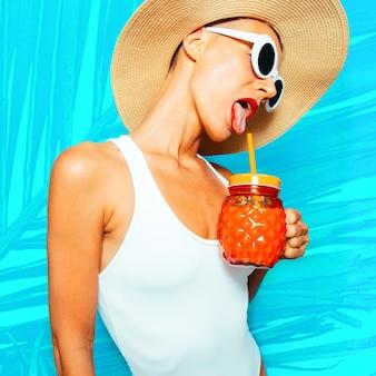Mädchen wollen spaß haben. strandparty-mädchen. verwenden sie für ihren party-flyer. strandfrische stimmung